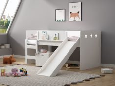 halvhøy seng med sklie